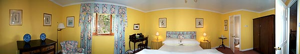 The Yellow Room: a king-size with en-suite facilities